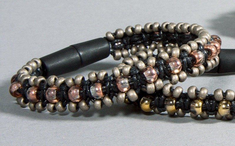 Armband aus Baumwoll-Schmuckkordel und Großloch Rocailles
