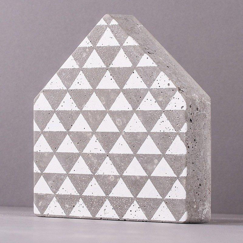 Beton-Haus mit schablonierten Dreiecken