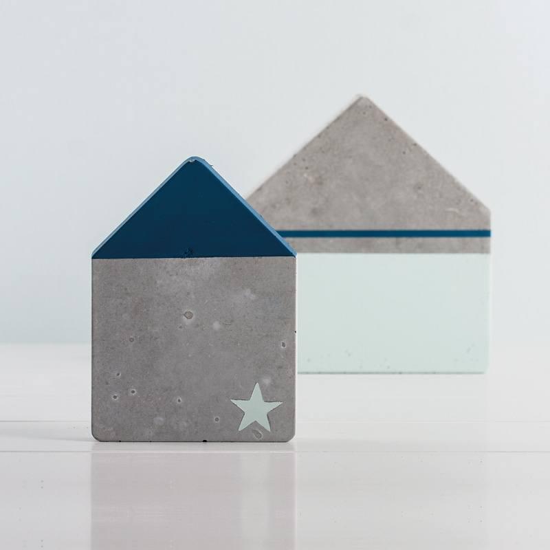 Betonhaus mit blauem Stern