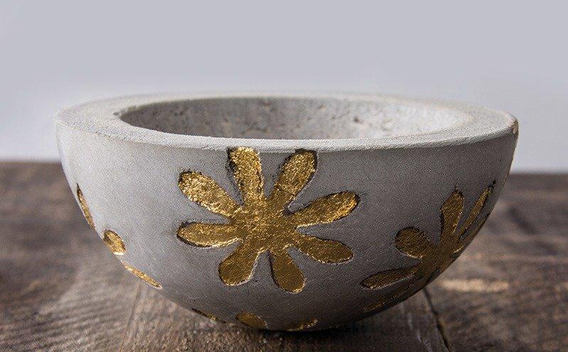 Betonschale mit Deco-Metall Blumen