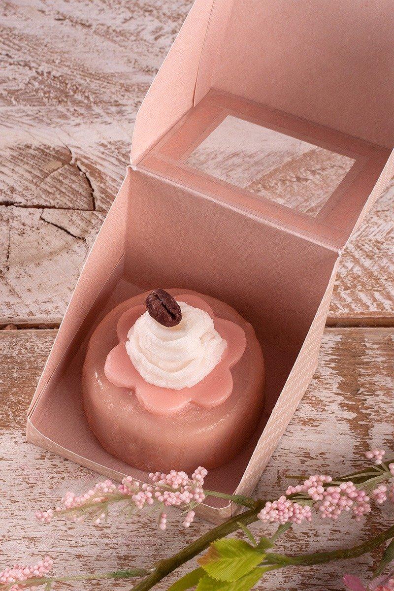 Creme Seife mit Schokoglasur in einer Geschenkschachtel