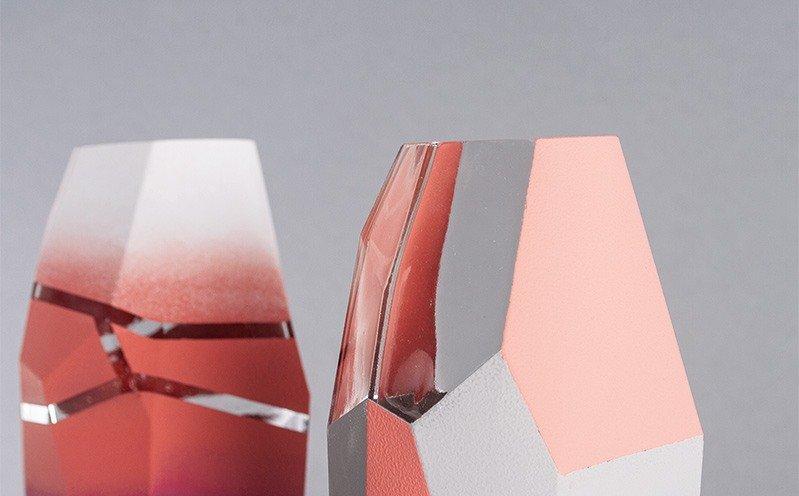 Glasvase mit Chalky Finish und graphischen Linien
