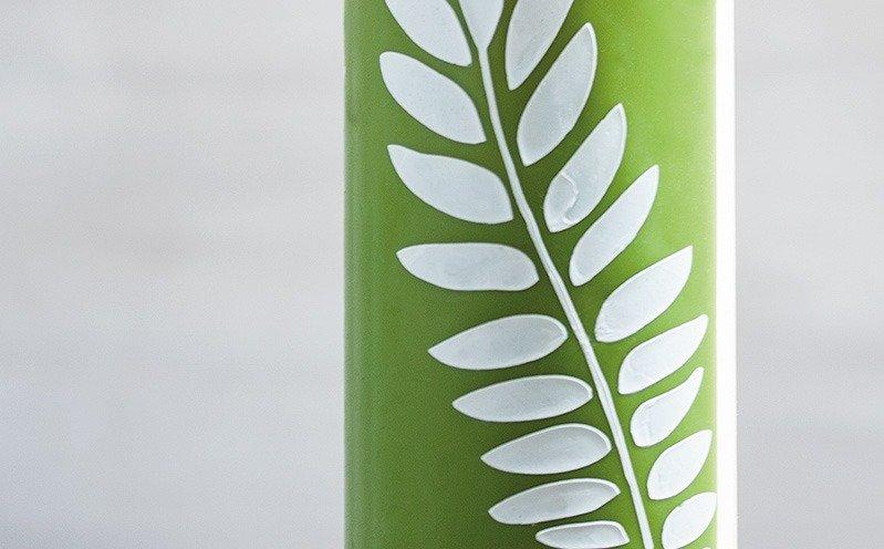 Grüne Dekokerze mit weißem Blatt