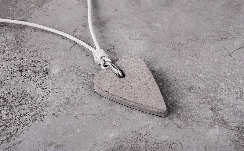 Herzanhänger an weißem Lederband