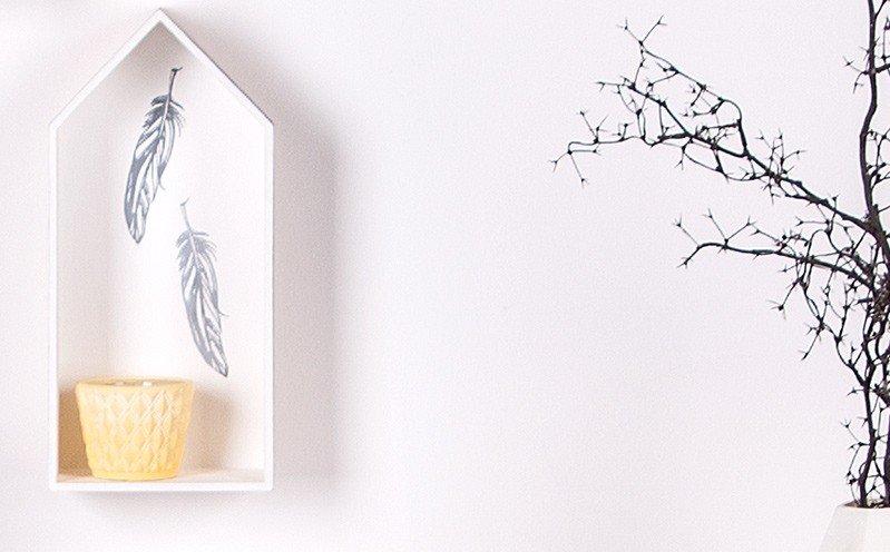 Holzhaus mit Federn
