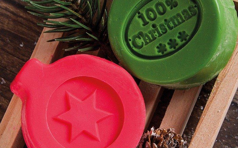 Holzseifenschale mit roter und grüner Seife