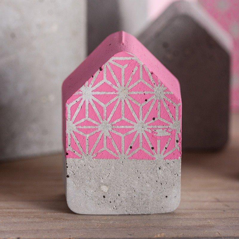 Kleines Betonhaus mit pink Chalky Finish