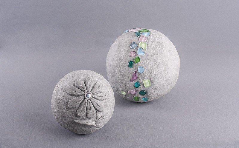 Knetbeton-Kugel mit Mosaik