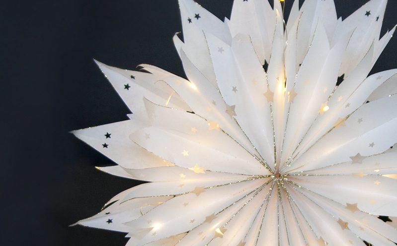 Papierstern mit Lichterkette