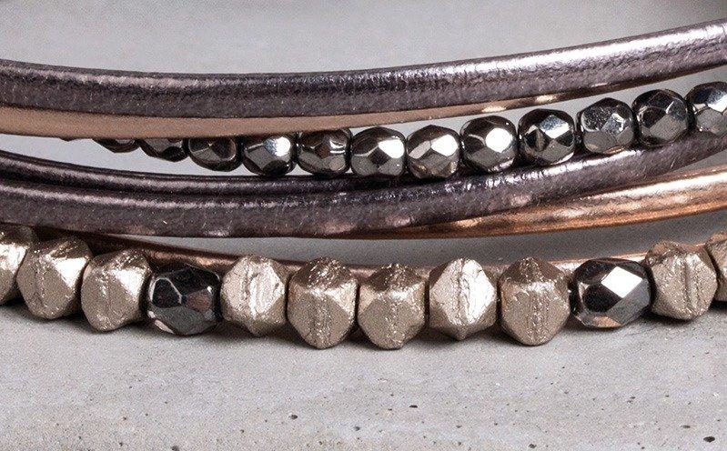 Roséfarbenes Armband mit Metallic-Bändern