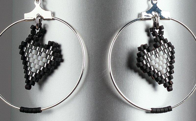 Schwarze Ohrringe mit Miyuki Herz-Anhängern