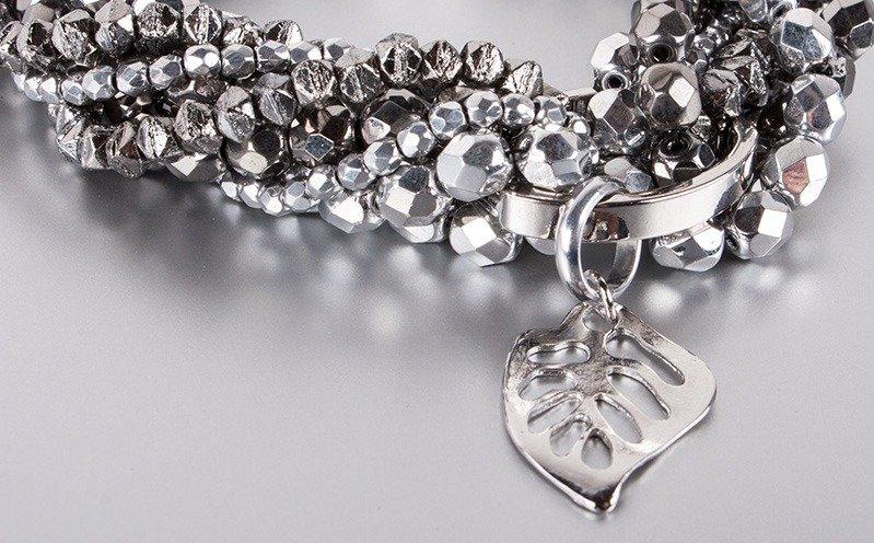 Silberfarbenes, gedrehtes Armband