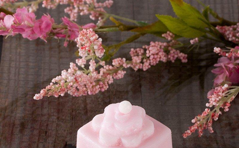 Viereckige Seife in rosa mit Ausstecher-Blumen
