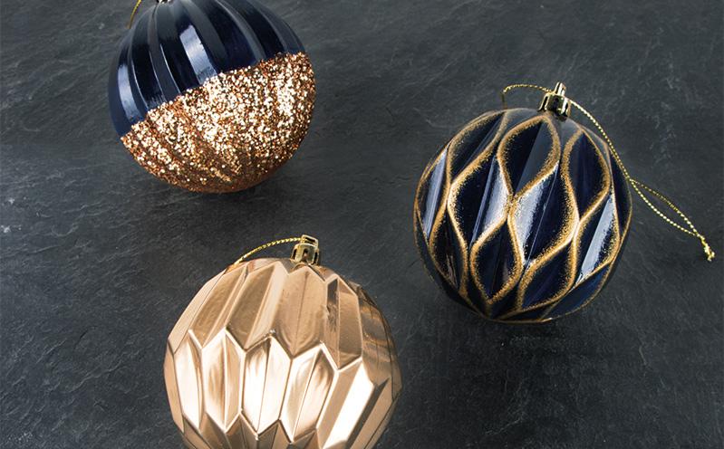 "Weihnachtskugel ""Svea"" Blau-Gold getupft"